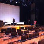 写真:開場前の舞台の準備