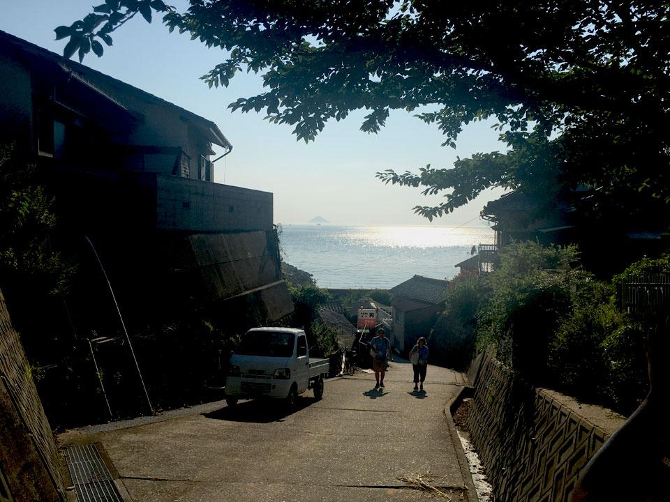 写真:坂道から見た海のキラキラ