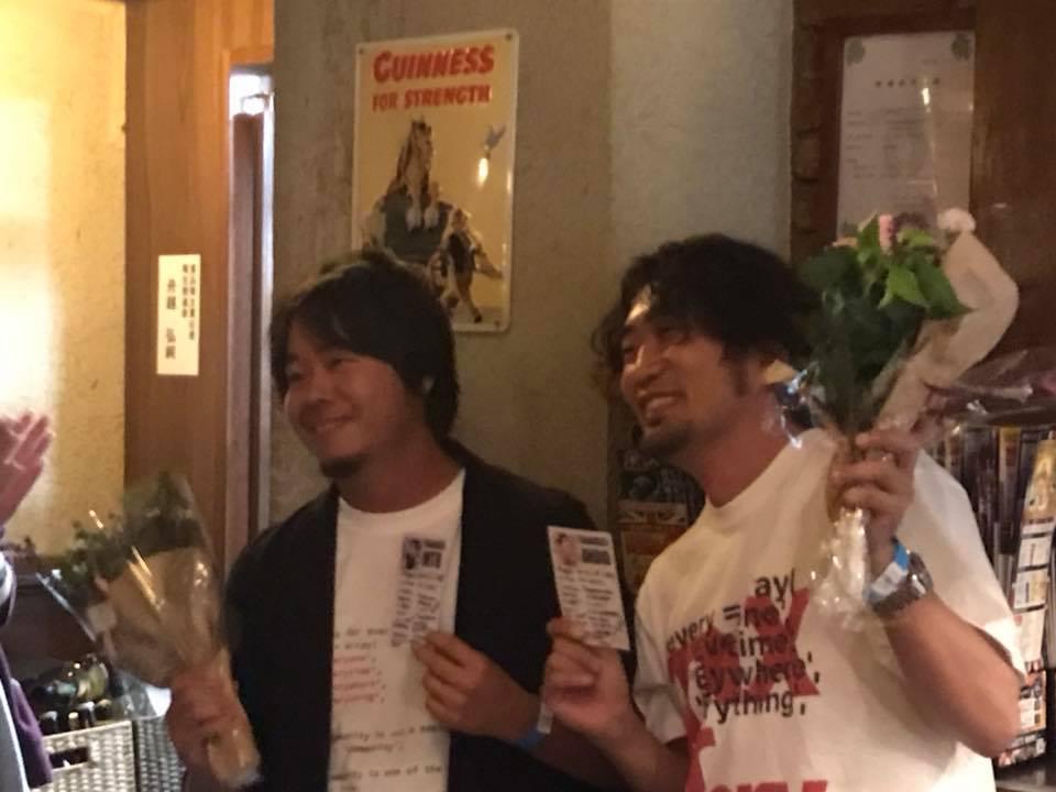 写真:モデレーター二人が花束持った写真